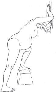 dibujo mujer de pie apoyada contra la pared con la ierna levantada sobre un escalón