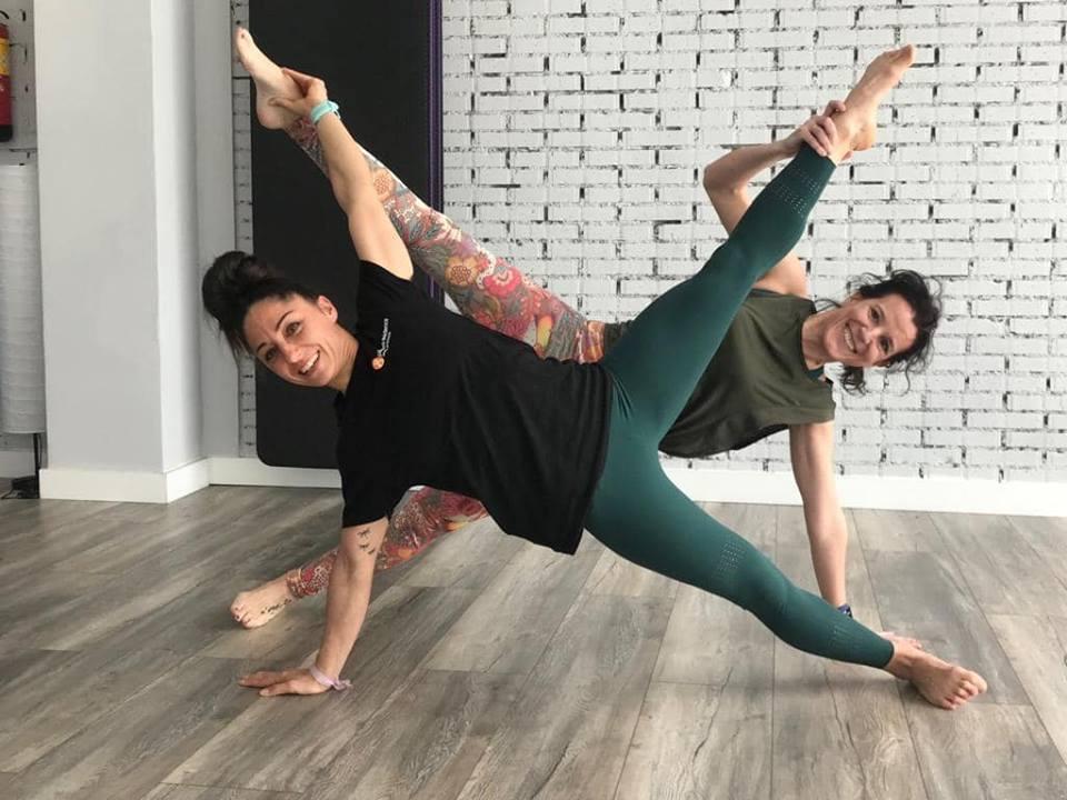 Dos instructoras de Pilates Evidence practicando